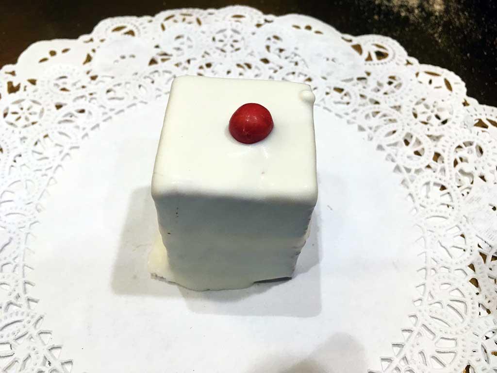 Red Velvet Mini Pastry - dessertsbygerard.com
